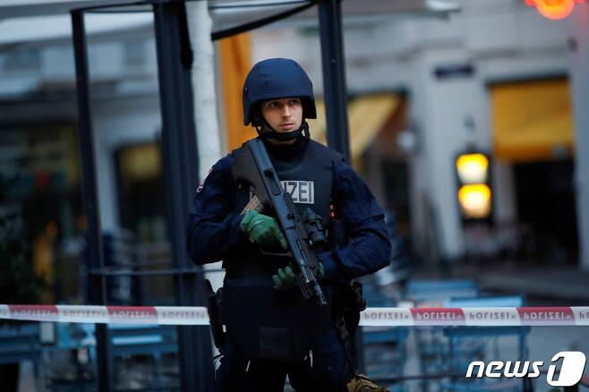 오스트리아 무장경찰이 빈 테러현장서 경계를 서고 있다. © 로이터=뉴스1