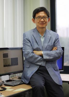 이흥규 KAIST 전산학부 교수가 연구실에서 포즈를 취하고 있다.