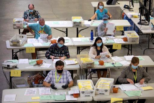 미국 대선을 하루 앞둔 2일(현지시간) 캘리포니아주 산타아나에 있는 오렌지카운티 유권자 등록센터에서 선거관리 요원들이 우편투표 용지 분류작업을 하고 있다. 산타아나 로이터=연합뉴스