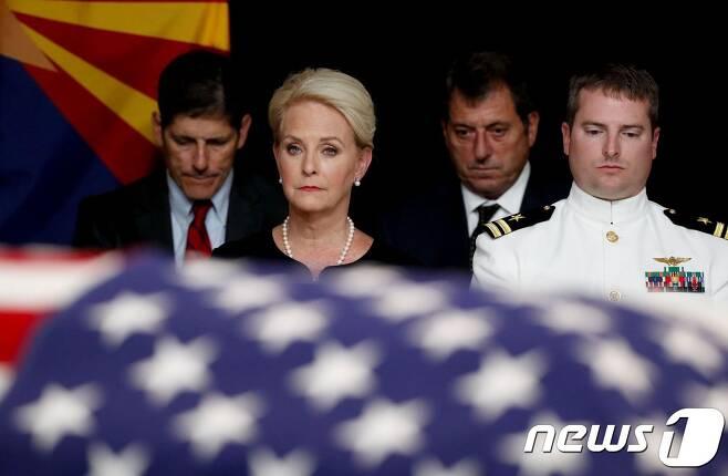 존 매케인 상원의원의 부인 신디 여사가  애리조나 주 피닉스의 주 의회 의사당에서 열린 추모식에 참석을 하고 있다. 신디 여사는 이날 매케인 의원의 관으로 다가가 어루만지고는 허리 숙여 키스했다. © AFP=뉴스1