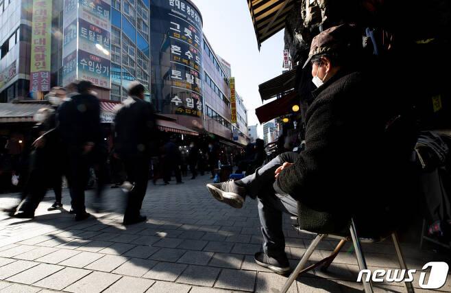소상공인의 날인 5일 오후 서울 중구 남대문시장에서 한 상인이 손님을 기다리고 있다. 2020.11.5/뉴스1 © News1 이재명 기자