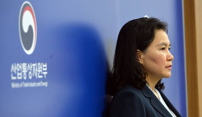 2019년 7월 29일  유명희 통상교섭본부장이 정부 세종청사 기자실에서 벽에 기대 생각에 잠겨 있다. /신현종 기자