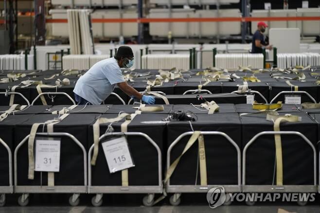 지난 4일(현지시간) 미국 네바다주 클라크 카운티에서 선거 직원이 개표 기계를 옮기고 있다.[AP=연합뉴스]