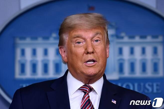 """도널드 트럼프 미국 대통령이 5일 (현지시간) 워싱턴 백악관 브래디룸에서 기자회견을 갖고 """"합법적인 투표로 계산하면 내가 이긴다. 그러나 그들이 우리로부터 선거를 훔쳐갈 수 있다""""고 말하며 """"선거 과정이 대법원에서 끝날 수도 있다""""고 밝히고 있다. © AFP=뉴스1 © News1 우동명 기자"""