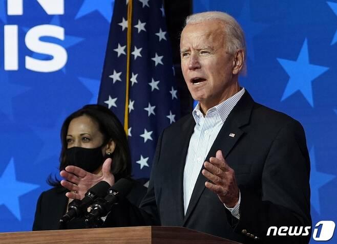 조 바이든 미국 민주당 대선 후보가 5일(현지시간) 델라웨어주 월밍턴에서 카멀라 해리스 부통령 후보와 대선 승리를 자신하는 연설을 하고 있다. © AFP=뉴스1 © News1 우동명 기자
