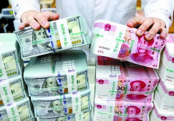 2019년 8월 서울의 한 시중은행에서 직원이 위안화와 달러 지폐를 점검하고 있다. 사진은 기사와 관계 없음. [뉴스1]