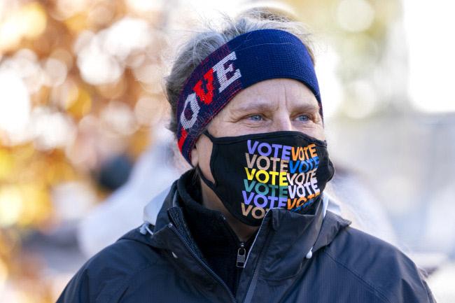 한 미국 유권자가 대선 투표를 독려하는 마스크를 쓰고 있다. / AP연합뉴스