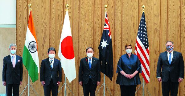 미국, 호주, 일본, 인도(오른쪽부터) 4국 외교장관이 지난달 6일 일본 도쿄 총리 관저에서 열린 쿼드 회의 전 기념사진을 찍고 있다. 가운데는 스가 요시히데 일본 총리. AP뉴시스