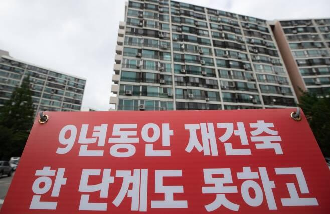 서울 강남구 은마아파트에 재건축 갈등의 내용이 적힌  현수막이 게시돼 있다. /사진제공=뉴스1