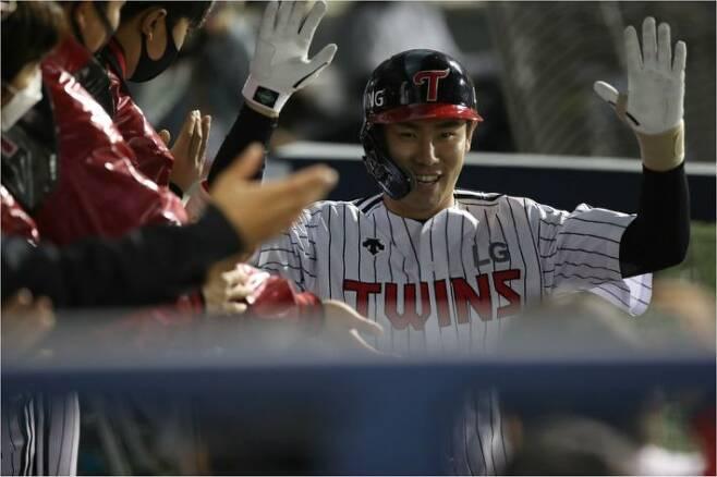 LG 홍창기가 28일 한화와 홈 경기에서 4회 1점 홈런을 날린 뒤 동료들과 기뻐하고 있다.(잠실=LG)