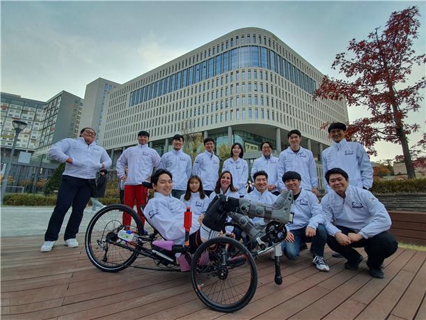 13~14일 열리는 '사이배슬론 2020' 대회에 한국팀으로는 처음으로 자전거 경주 종목(FES)에 출전하는 '비긴어게인' 팀. 김영훈 씨가 신동준 중앙대 교수팀이 개발한 로봇 자전거 '임프로브'를 타고 메달에 도전한다. 중앙대 제공