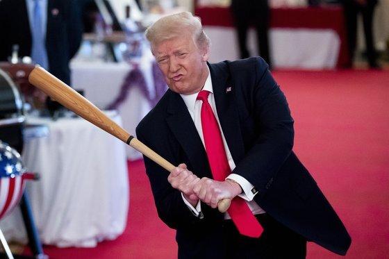 도널드 트럼프 미국 대통령이 지난 7월 워싱턴에서 열린 '스피릿 오브 아메리카' 박람회 행사 도중 전시된 야구 배트를 휘두르고 있다. 전 세계는 그의 나홀로 선거 불복 움직임을 우려의 시선으로 바라보고 있다. [EPA=연합뉴스]