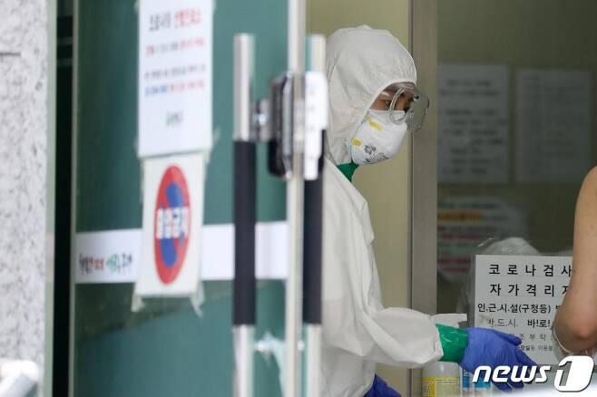 신종 코로나바이러스 감염증(코로나19) 선별진료소에서 의료진이 내원객을 안내하고 있는 모습.기사내용과 무관./사진=뉴스1