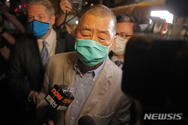 [홍콩=AP/뉴시스] 홍콩 대표적인 반중 언론 사주인 지미 라이(黎智英·72)가 홍콩보안법 위반 혐의로 체포된 지 40여 시간만에 12일 새벽 보석으로 석방됐다. 지미 라이는 석방되면서 취재진의 질문에는 답변하지 않았다. 2020.08.12