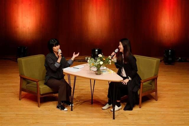 소설가 김애란(왼쪽)과 소리꾼 이자람이 7일 오후 서울 예술의전당 리사이틀홀에서 열린 '소소살롱' 첫 무대에 마주 앉아 창작자로서의 삶과 이야기를 풀어냈다. 김 작가의 '노크하지 않는 집'을 이자람이 판소리 '여보세요'로 꾸미며 서로의 '찐'팬이 된 두 이야기꾼은 이날 진솔하고 유쾌하게 수다를 떨듯 이야기를 이어갔다.예술의전당 제공