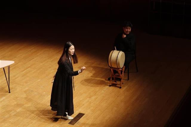 소리꾼 이자람이 자신의 팬이기도 한 김애란 작가의 요청을 받아 '수궁가' 중 한 대목을 선보이고 있다. 오른쪽은 고수 이준형.예술의전당 제공