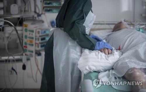 요양원에 있는 환자를 치료하는 의료진(기사와 직접 연관없음) [AP=연합뉴스자료사진]