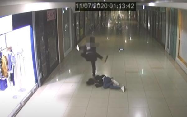 부산 북구 덕천동 덕천지하상가에서 젊은 남성이 쓰러진 여성을 발로 때리는 장면이 찍힌 영상. /CCTV 캡처