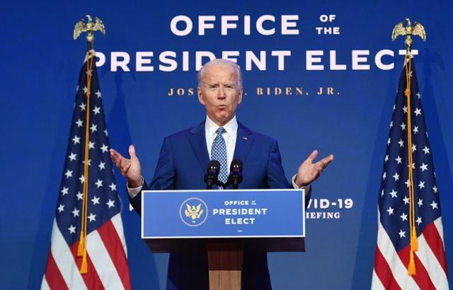 조 바이든 미국 대통령 당선인이 9일(현지시간) 델라웨어주 윌밍턴에서 대선 승리 선언 후 첫 기자회견을 하고 있다. 윌밍턴=AFP 연합뉴스