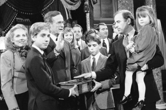 조 바이든 당선인이 1985년 딸 애슐리를 안은 채 아들 보와 헌터, 조지 H.W. 부시 부통령(상원의장) 앞에서 선서를 하고 있다. [AP=연합뉴스]