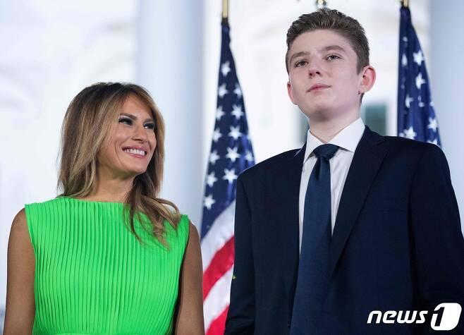 멜라니아 트럼프 여사(왼쪽)과 아들 배런 트럼프. © AFP=뉴스1