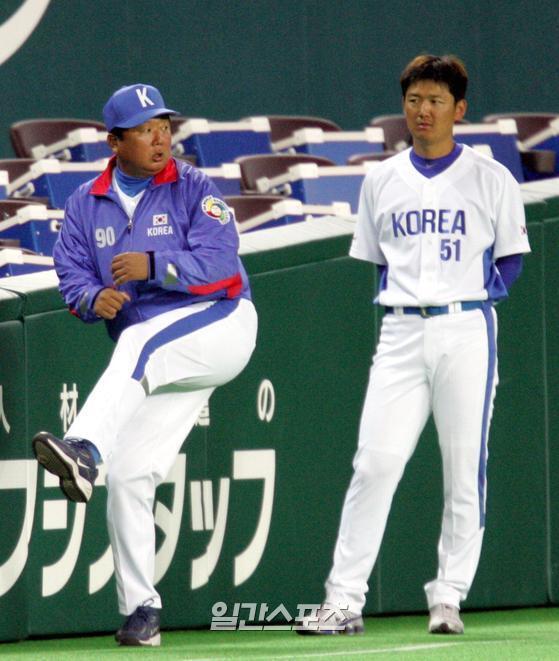 지난 2006년 2월 WBC(월드베이스볼클래식)대표팀에 합류한 김선우(오른쪽)가 선동렬 코치에게 투구 폼에 대해 묻자 선동렬 코치가 직접 시범을 보이고 있다. IS포토