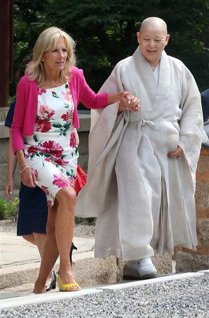 2015년 7월 18일 당시 조 바이든 미국 부대통령의 부인 질 바이든이 서울 은평구 진관사를 방문해 주지 계호 스님과 손을 잡고 경내를 거닐고 있다.연합뉴스