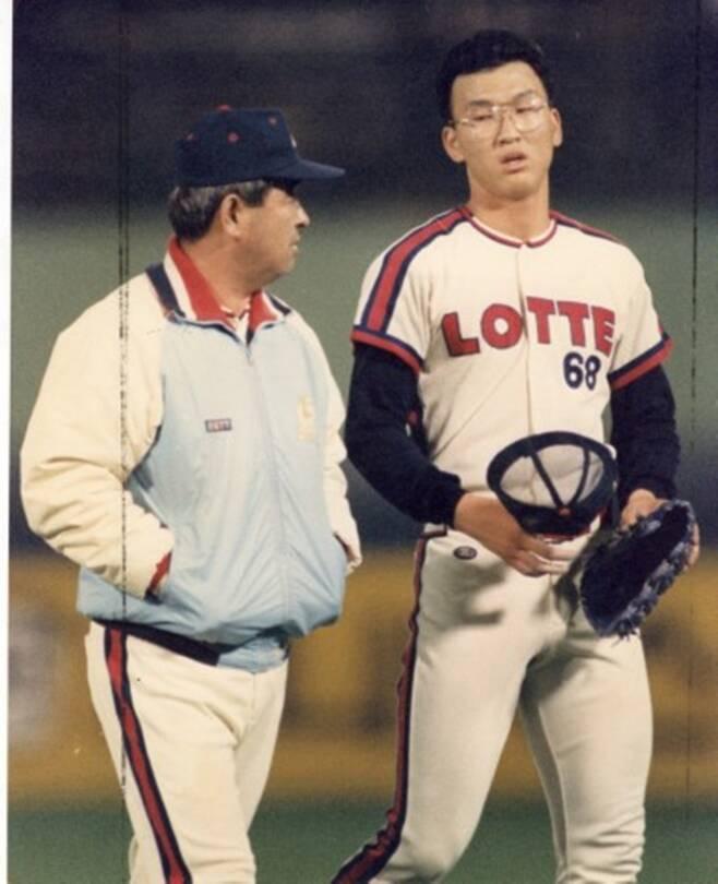 ▲ 1992년 롯데 강병철 감독과 염종석. 롯데는 이 해에 마지막 한국시리즈 우승을 차지했다. ⓒ롯데 자이언츠