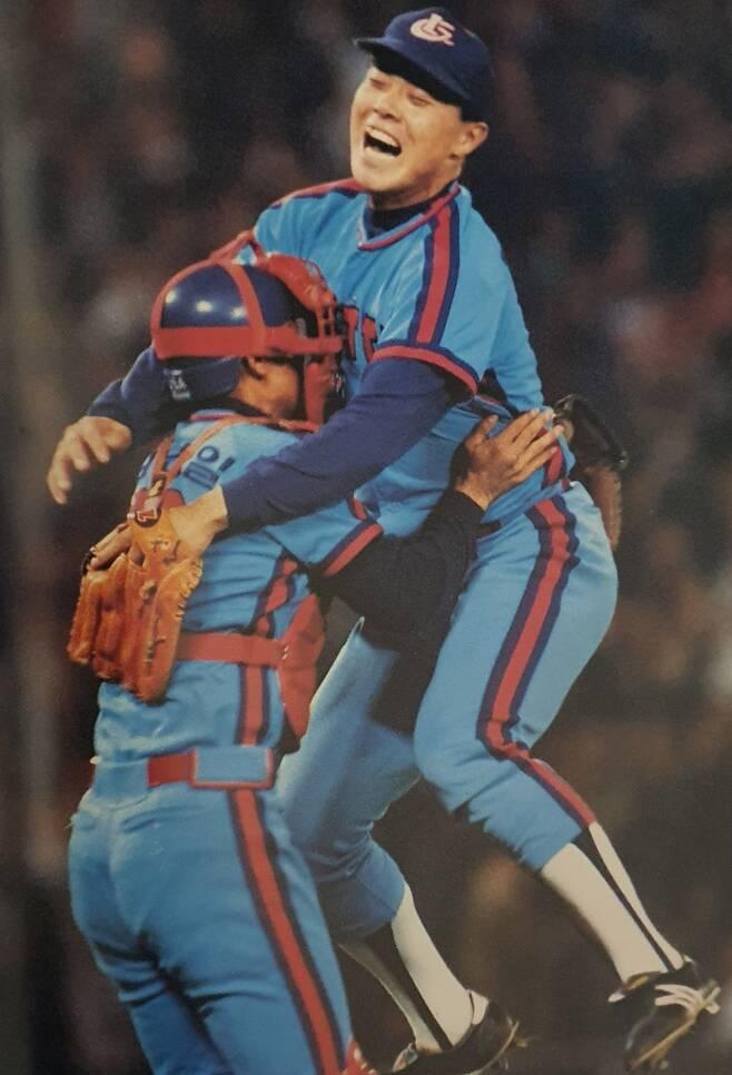 ▲ 1992년 롯데가 한국시리즈 5차전에서 빙그레를 꺾고 우승을 확정하자 고 박동희 투수와 김선일 포수가 얼싸안고 기뻐하고 있다. 이것이 롯데의 한국시리즈 우승 마지막 장면이다.ⓒKBO