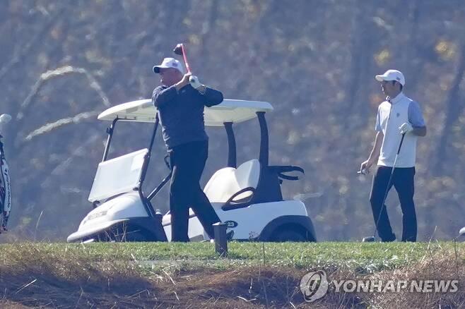 골프장 찾은 트럼프 대통령 도널드 트럼프 미국 대통령이 8일(현지시간) 버지니아주 자신 소유의 골프장에서 골프를 치고 있다. [AP=연합뉴스]