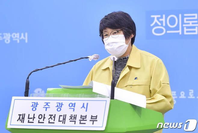 박향 광주시 복지건강국장이 9일 광주시청 브리핑룸에서 신종 코로나바이러스 감염증(코로나19) 관련 브리핑을 하고 있다.(광주시 제공)2020.11.9/뉴스1 © News1 박준배 기자