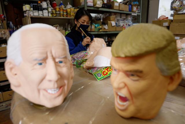 12일 일본 사이타마시에 있는 가면ㆍ장난감 업체 오가와의 사무실에서 한 여직원이 바이든 당선인과 도널드 트럼프 대통령 얼굴 모습을 한 가면을 제작하고 있다. 사이타마=로이터 연합뉴스