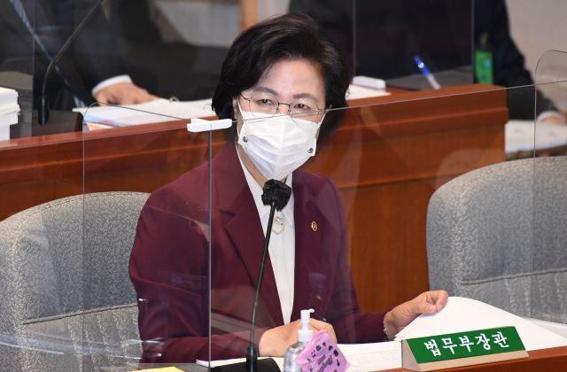 추미애 법무부 장관이12일 서울 여의도 국회에서 열린 예산결산위원회 전체회의에서 질의에 답하고 있다. 뉴시스