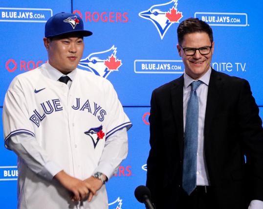 류현진(왼쪽)과 로스 앳킨스 단장(출처=토론토 블루제이스 공식 트위터)