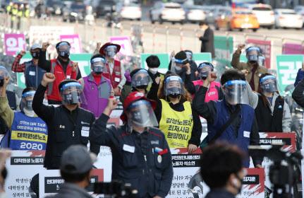 14일 오후 서울 영등포구 여의도공원 앞에서 전국노동자대회가 열리고 있다. 사진=연합뉴스.
