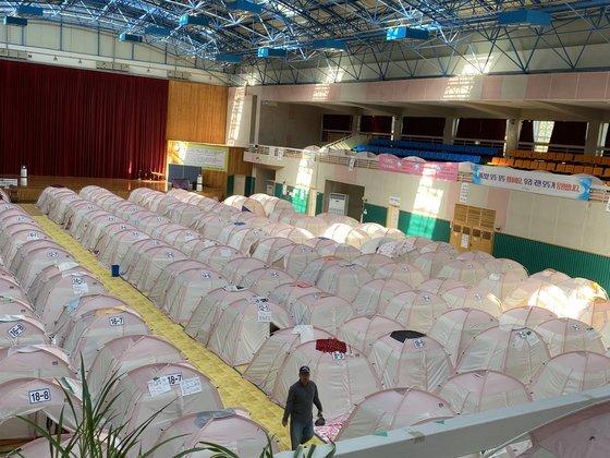 포항시 흥해읍 흥해실내체육관은 2017년 포항 지진 발생 이후 임시 대피소로 쓰이고 있다. 이곳에는 아직 이재민 20여 세대가 남아있다. 김나윤 기자