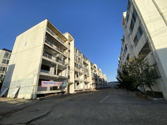 철거를 앞둔 흥해읍 대성아파트 모습. 김나윤 기자