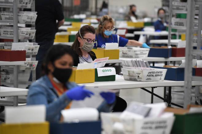 미국 로스앤젤레스 선거검표원들이 대선용 우편투표 용지를 검수하고 있다. / AFP 연합뉴스