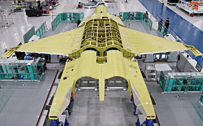 경남 사천시 한국항공우주산업(KAI) 공장에서 조립중인 한국형전투기(KF-X) 시제 1호기. KAI 제공