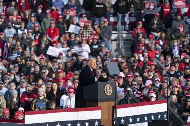 격전지 펜실베이니아주 누비는 트럼프 대통령. 상당수 지지자가 마스크를 쓰지 않고 있다. [AP=연합뉴스 자료사진]