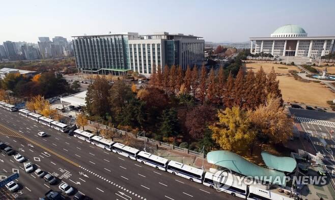국회 앞에 둘러쳐진 차벽 (서울=연합뉴스) 임헌정 기자 = 전국노동자대회와 전국민중대회 등 서울 곳곳에서 집회가 열린 14일 오후 국회 앞에 만일의 사태에 대비한 차벽이 둘러쳐져 있다. 2020.11.14 kane@yna.co.kr