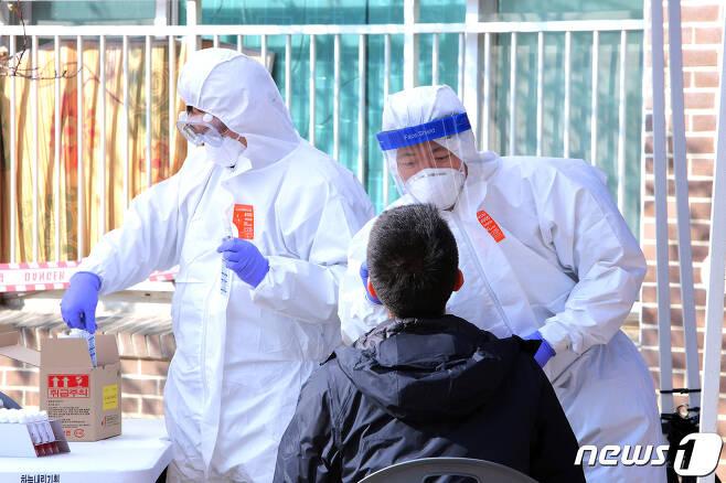 15일 강원 인제 북면의 한 아파트에 설치된 코로나19 이동선별진료소에서 검사가 이뤄지고 있다.(인제군 제공)© 뉴스1