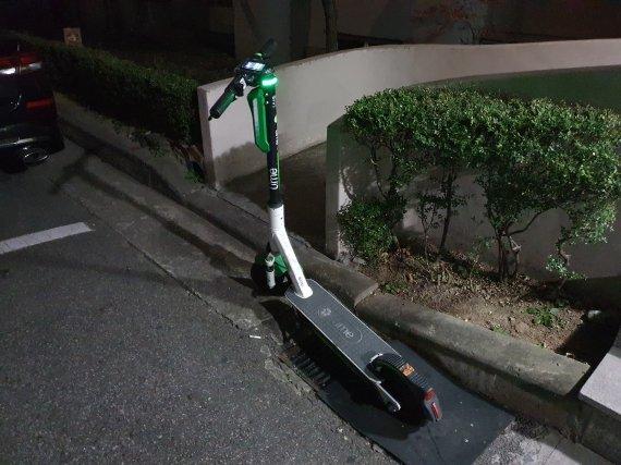 서울 시내 한 아파트 단지에 방치돼있는 전동 킥보드 / 사진=김태일 인턴기자