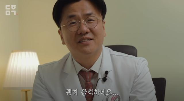 이재갑 한림대 강남성심병원 감염내과 교수가 정은경 중앙방역대책본부장에게 메시지를 전하다 울컥했다. 대한민국 정부 유튜브 캡처