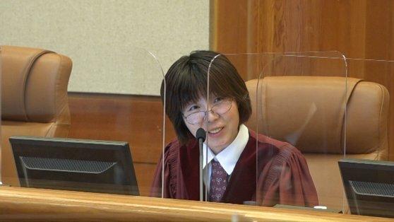 12일 열린 헌법재판소의 공개변론에서 이선애 재판관이 양측 대리인들에게 질문을 하고 있다. [헌법재판소 제공 영상 캡쳐]