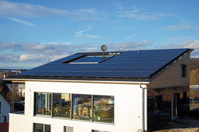 주택 옥상에 설치된 태양광 모듈/사진=뉴스1 DB