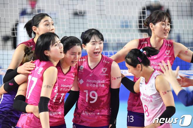 흥국생명 김미연.(가운데)이 팀 동료들과 함께 기뻐하고 있다. (한국배구연맹 제공) © 뉴스1
