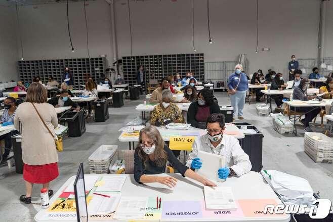 미국 조지아주 로렌스빌에 있는 개표소에서 16일(현지시간) 2020년 대선 재검표 작업이 진행되고 있다.© AFP=뉴스1