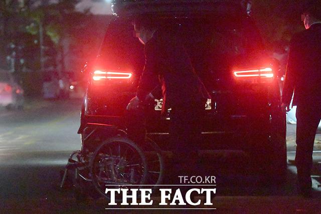 이 총회장이 자택 안으로 들어간 후, 차 트렁크에서 휠체어를 꺼내는 관계자들.