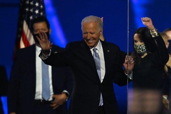 조 바이든 당선인이 승리를 확정지은 후 행사에서 딸 애슐리(오른쪽)와 함께 기뻐하고 있다. [AFP=연합뉴스]